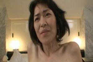【無修正】40代貧乳熟女のデカクリトリスを責めるおまんこ動画